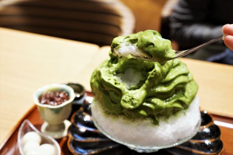 「特製宇治抹茶エスプーマかき氷」をスプーンですくっている様子