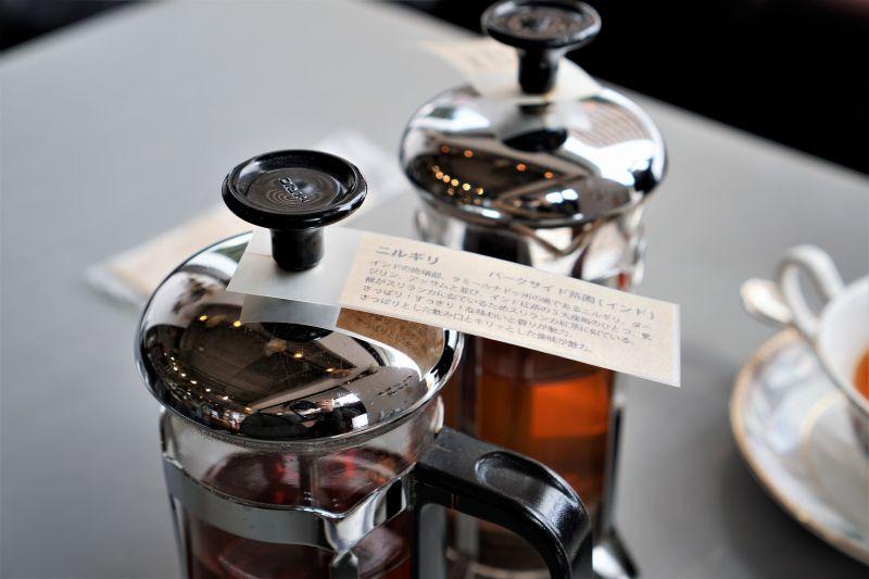 フレンチプレスの容器に入った紅茶がテーブルに置かれている