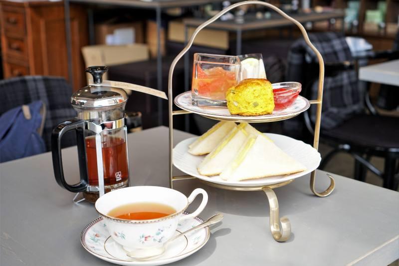 石渡紅茶のアフタヌーンティーセットがテーブルに置かれている