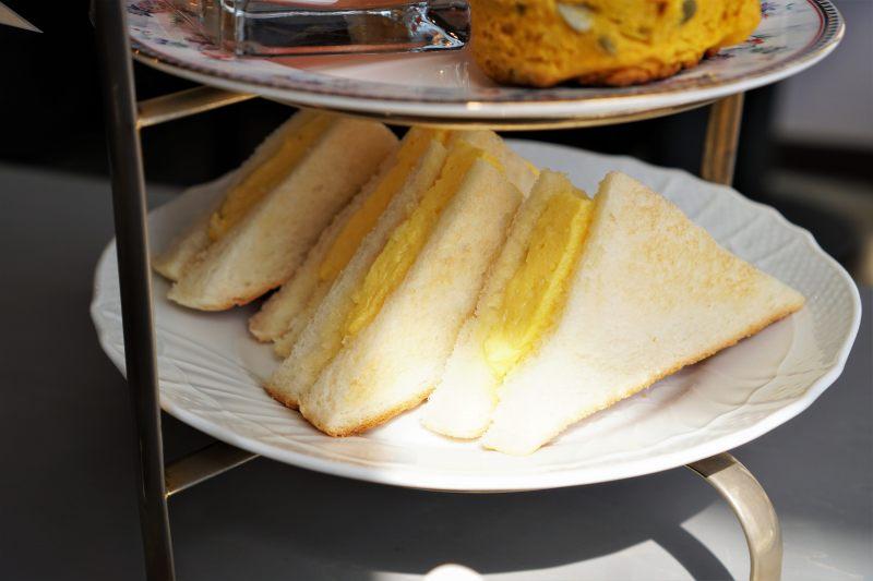 たまごのトーストサンドがテーブルに置かれている