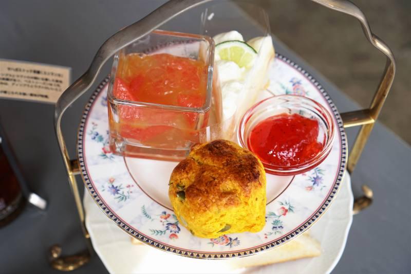 スコーン・ゼリー・ケーキなどがお皿にのせられ、テーブルに置かれている