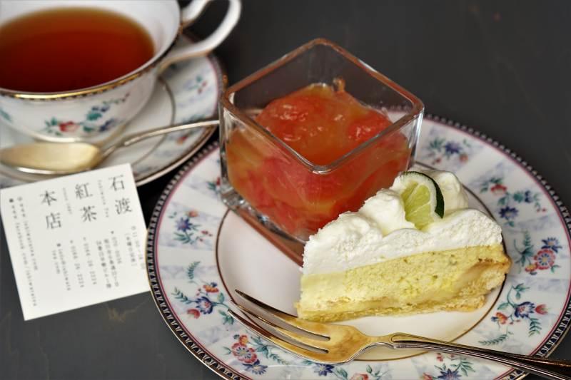 グレープフルーツゼリーとライムパイ、紅茶がテーブルに置かれている