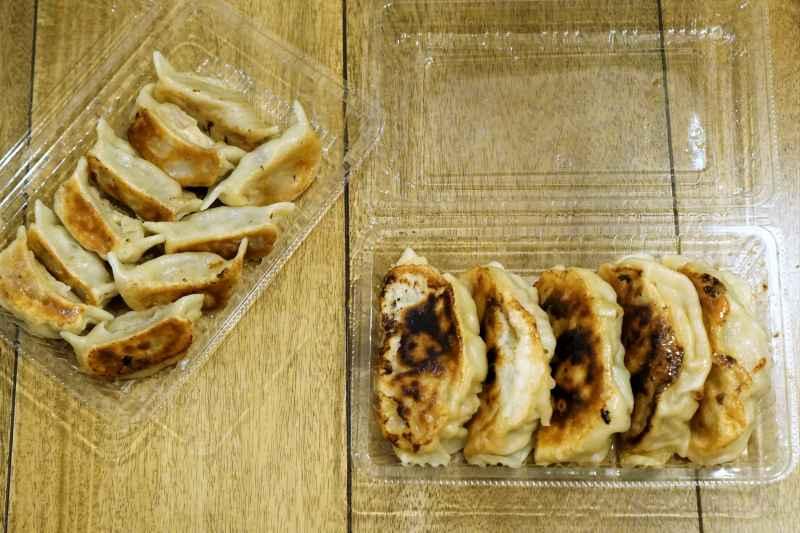 羊餃子とジャンボ餃子がテーブルに置かれている