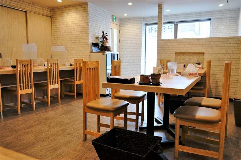 白と明るい木目を基調とした「札幌麺屋 美椿」の店内