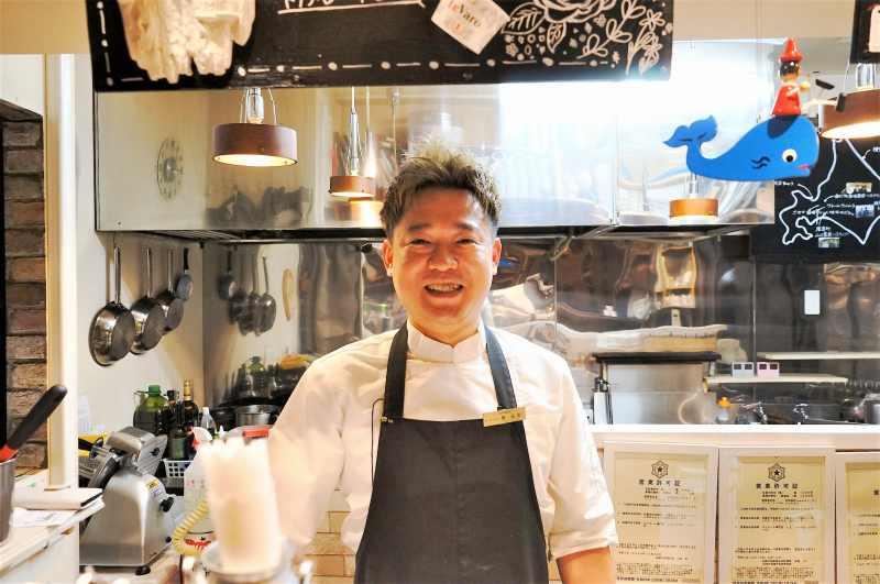 生パスタ専門店 Le Varo(レヴァーロ)のオーナーシェフ 堀 竜史さんが笑顔で立っている
