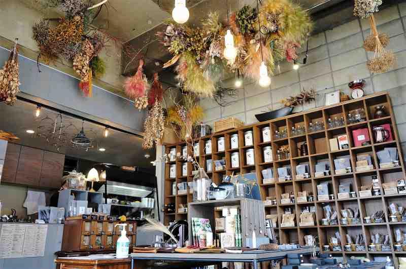 天井からたくさんのドライフラワーが吊るされている「石渡紅茶 本店」の店内
