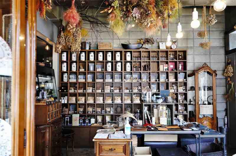 木の棚に紅茶が並んでいる「石渡紅茶 本店」の内観
