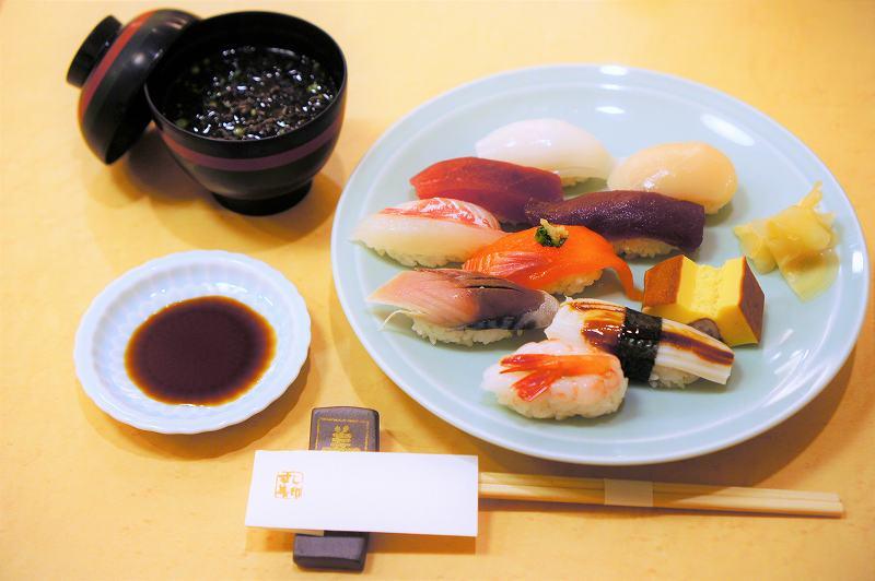 すし善 大丸札幌店のランチメニュー「すずらん」がテーブルに置かれている