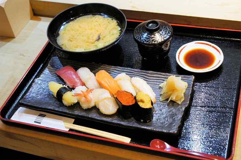 海鮮酒蔵 二三一の「にぎり 松」がテーブルに置かれている