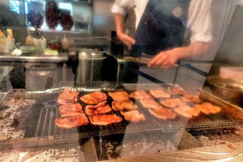 豚丼のぶたはげ北広島店の店頭にある、豚肉の焼き場の様子
