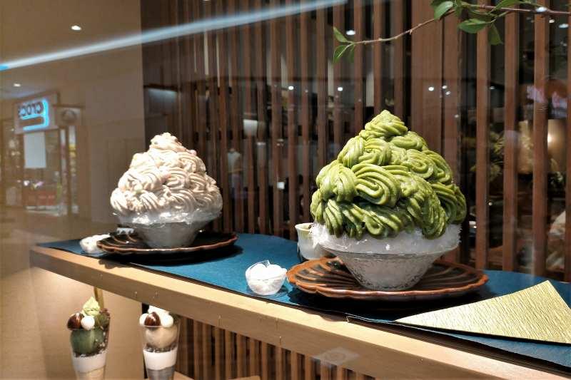 日本茶のエスプーマがたっぷりトッピングされたかき氷が、ガラスケースに並んでいる