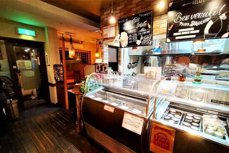 ジェラートケースと冷凍ケースがある「生パスタ専門店 レヴァーロ」の店内