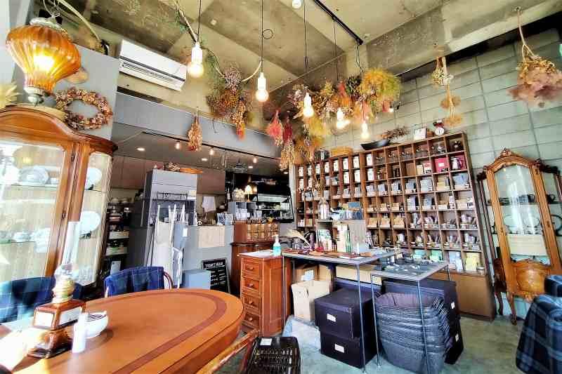 グレーと木目を基調とした「石渡紅茶 本店」の内観