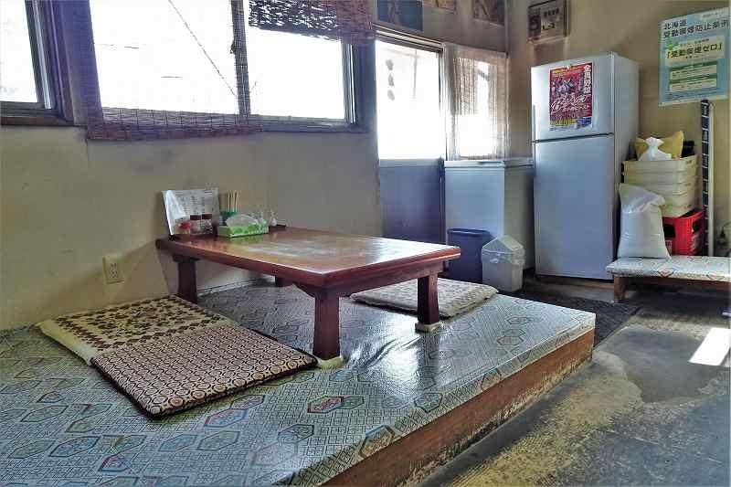 「かたの」の店内にある小上がりのテーブル席