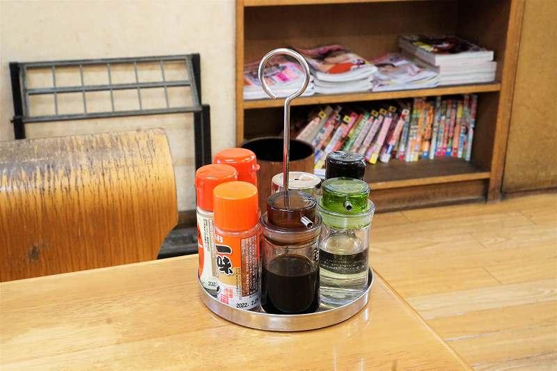 一味・しょうゆ・酢などがテーブルに置かれている