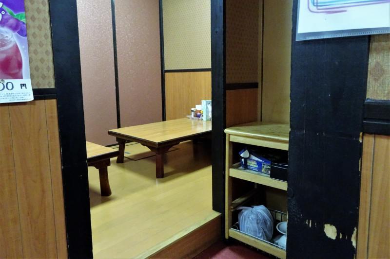 木のテーブルの小上がり席がある「中華料理 華舟」の内観