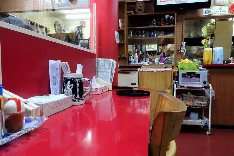 赤を基調とした「中国料理 華舟」の店内