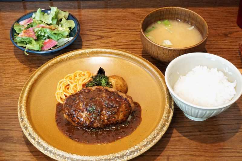 山本のハンバーグのアボカドチーズハンバーグセットがテーブルに置かれている