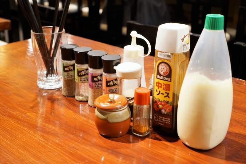 マヨネーズやソースなどの調味料がテーブルに置かれている