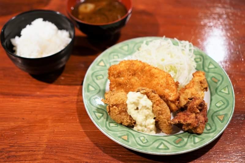 ザンギ一番のミックス定食がテーブルに置かれている