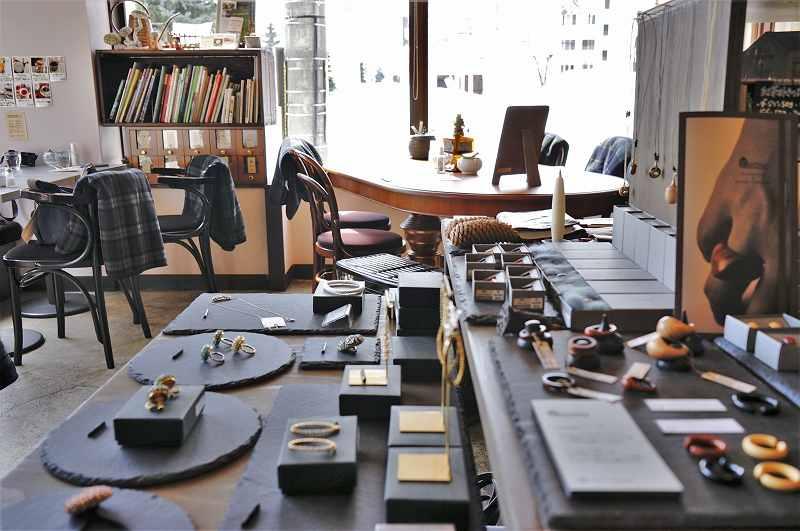 ハンドメイドのアクセサリーがテーブルにディスプレイされている