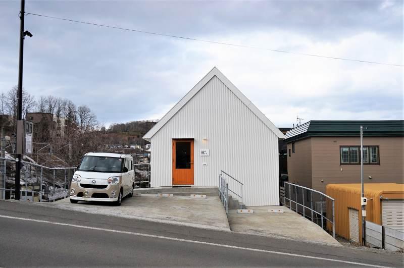 白い三角屋根の「アリンコモウダッシュ」の店舗外観
