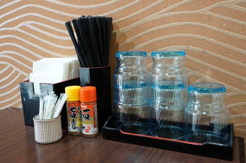 グラスやお箸、薬味などがテーブルに置かれている