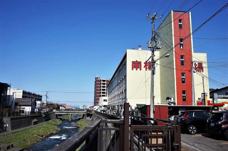 小樽南樽市場の外観と勝内川