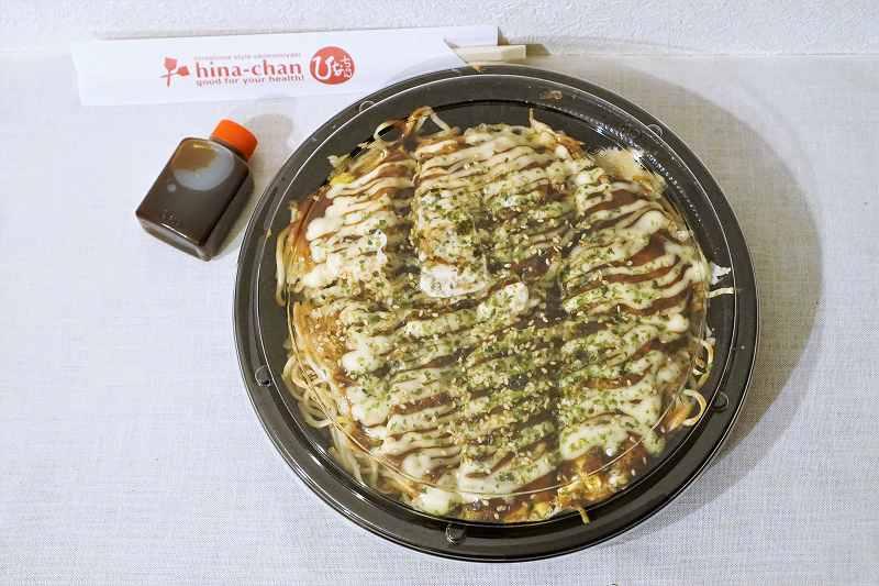 広島お好み焼き ひなちゃんの「タコ肉玉そば」がテーブルに置かれている