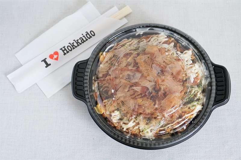 お好み焼きと鉄板めしの あちちの「MIXモダン焼き」がテーブルに置かれている