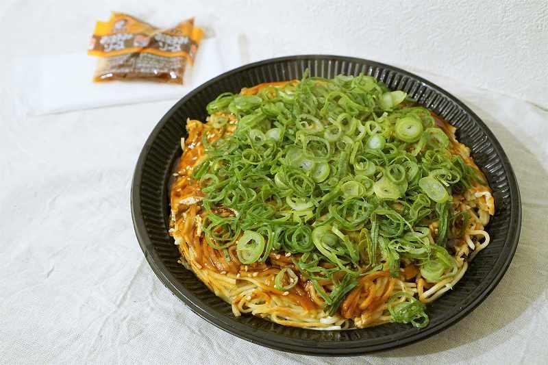 広島風お好み焼き まろ吉の「瀬戸内焼き」がテーブルに置かれている