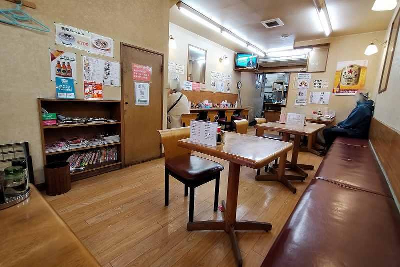 テーブル席がならぶ「五十幡菜館」の内観