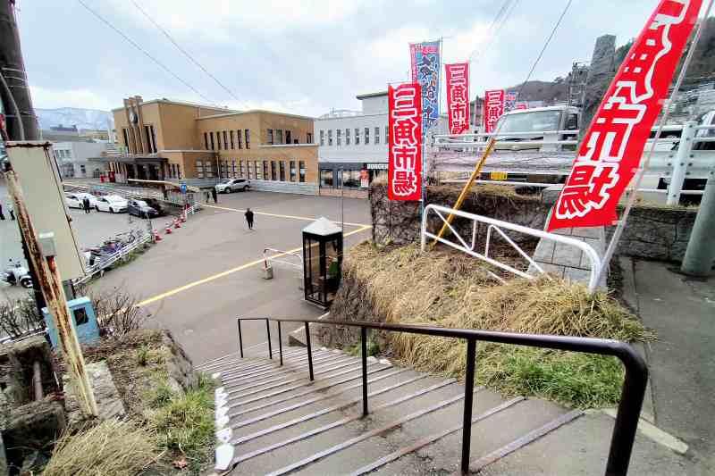 JR小樽駅と三角市場へ続く階段