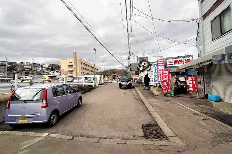 三角市場の前の道路