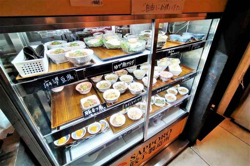 SAPPORO餃子製造所 冷蔵庫の中に小鉢がたくさん