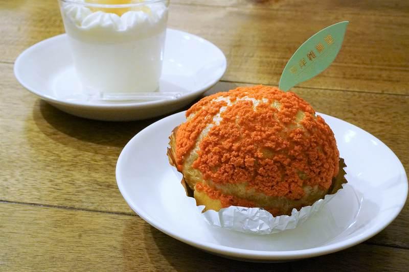 平岸雑菓堂のりんごシューとりんご杏仁がテーブルに置かれている