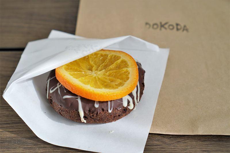 DOKODAのオレンジチョコドコダがテーブルに置かれている