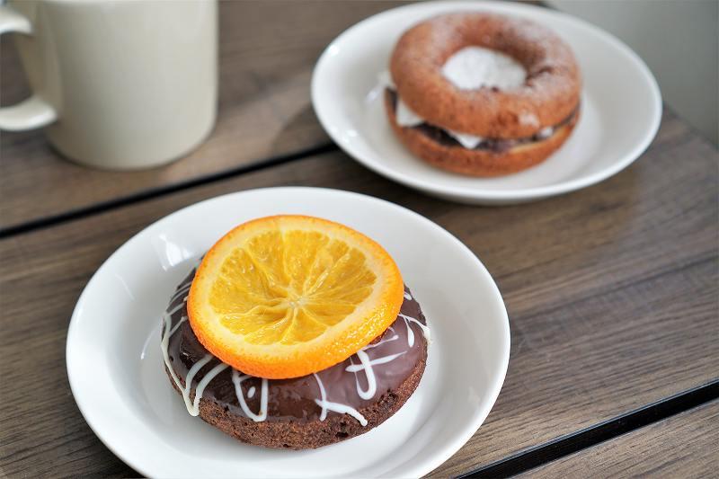 DOKODAのオレンジチョコドコダともちあんドコダがテーブルに置かれている