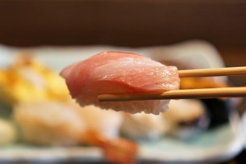 大トロのお寿司を箸で持ちあげている様子