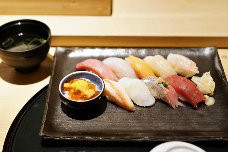 お寿司と椀物がテーブルに置かれている
