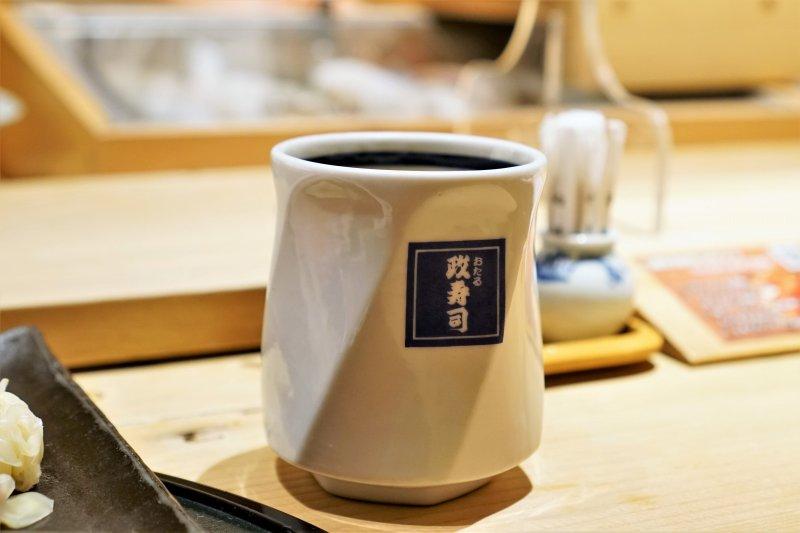 あがり(緑茶)がテーブルに置かれている