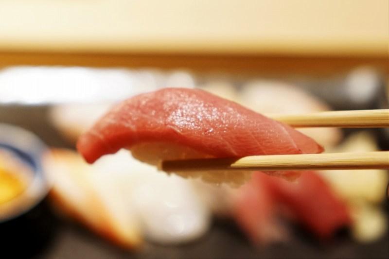 中トロの握り寿司を箸で持ち上げている様子