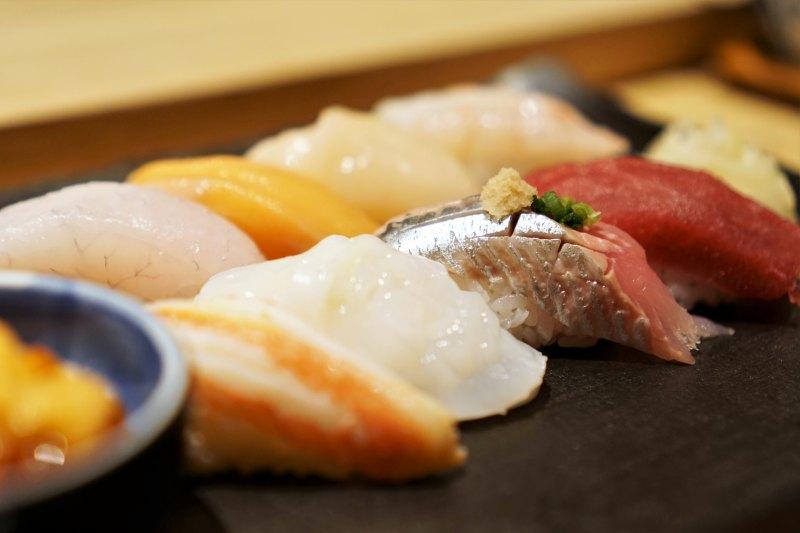 カニや鮪(マグロ)などの握り寿司がお皿に置かれている
