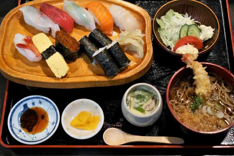 聖徳太子 飛鳥店の寿司セットがテーブルに置かれている