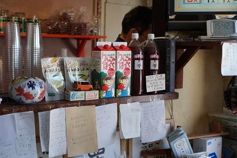 コーンスープやりんごジュースが陳列されている「八百屋 かしま商店」の内観