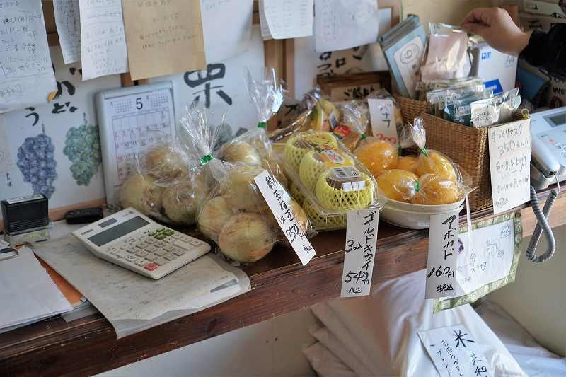 カウンター上に新玉ねぎやフルーツが置かれている様子