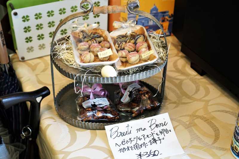 イタリアの焼菓子がテーブルに陳列されている