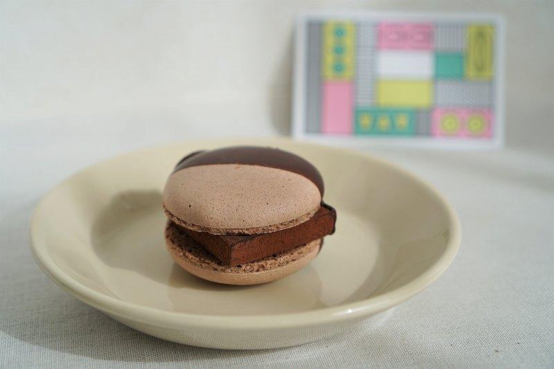 生チョコマカロンがテーブルに置かれている