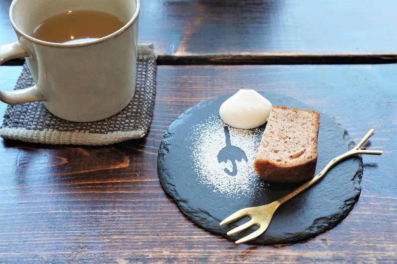 季節のパウンドケーキ(ハーフ)とドリンクがテーブルに置かれている