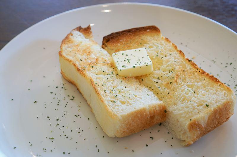 バターをのせたトーストがテーブルに置かれている
